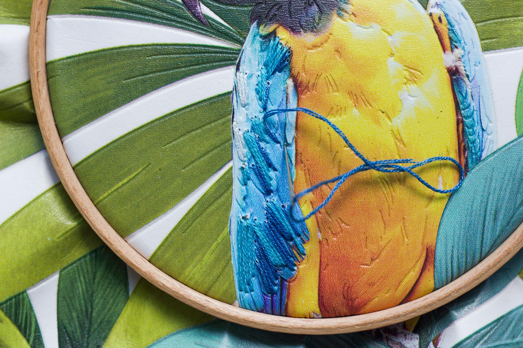 DIY broder un perroquet sur du papier peint