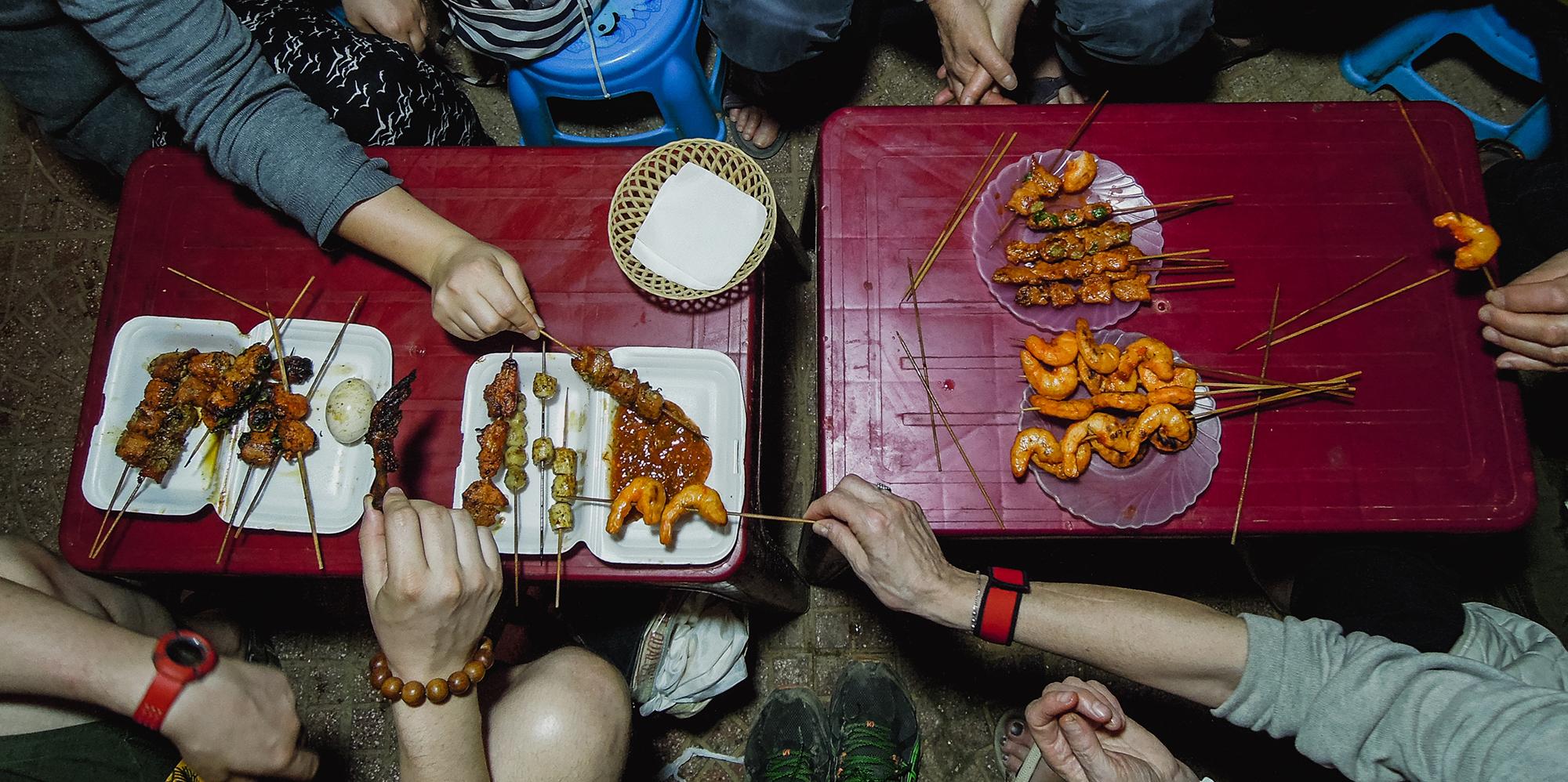 manger des brochettes au vietnam